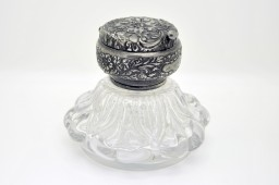 Encrier de style Victorien en cristal de fabrication anglaise de 1880.