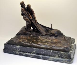 Encrier en bronze patiné scène de pêcheur au filet.