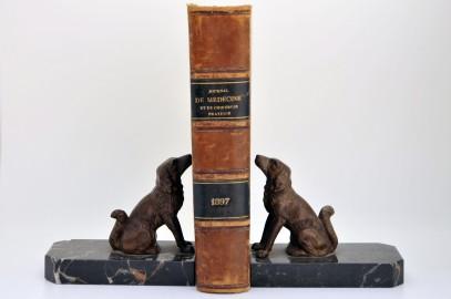 Serre-livre en régule polychrome milieu XXe français, avec chiens sur socle en marbre noir de Markina (Espagne)