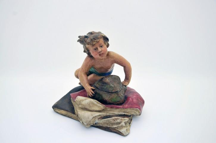 Encrier en regule polychrome - enfant couche sur un rocher