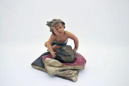 Encrier polychrome régule - enfant couché sur un rocher