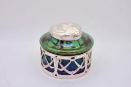 Encrier LOETZ (1836-1947) en pâte de verre irisé et capuchon en bronze argenté