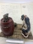 Encrier bronze de Vienne scène de chien et chat observant une tortue.